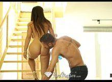 Bela mulheres gozando em sexo com o amigo na escada