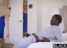 Duas loira vagabundas gostosa na transa com o rapaz negro
