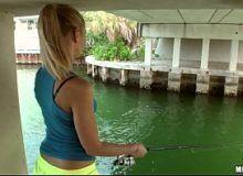 Loira pescadora da buceta grande dando