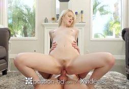 Loira bem linda no pornobuceta gozando em sexo