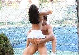 Pornodude gatinha fodendo na quadra de tenis